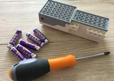 Der LEGO Boost Move Hub inklusive Batterien