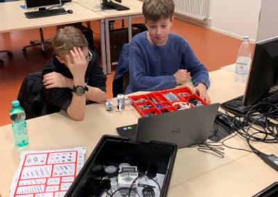 Zwei Teilnehmer beim Zusammenbauen der Roboter