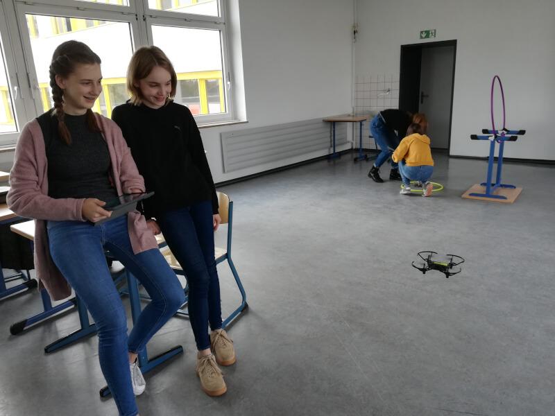 """Leni und Stella mit """"ihrer"""" Drohne"""