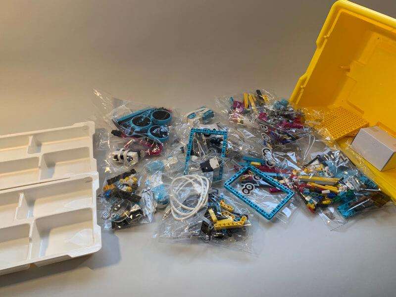 Die Kunststoffbox mit Einsätzen und Inhalt