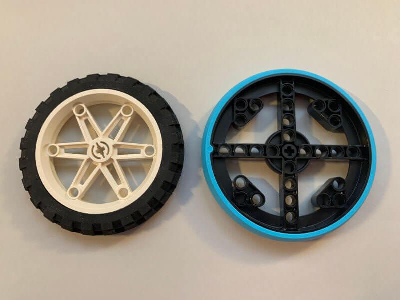 Vergleich zwischen großem SPIKE-Prime- und altem Motorrad-Reifen