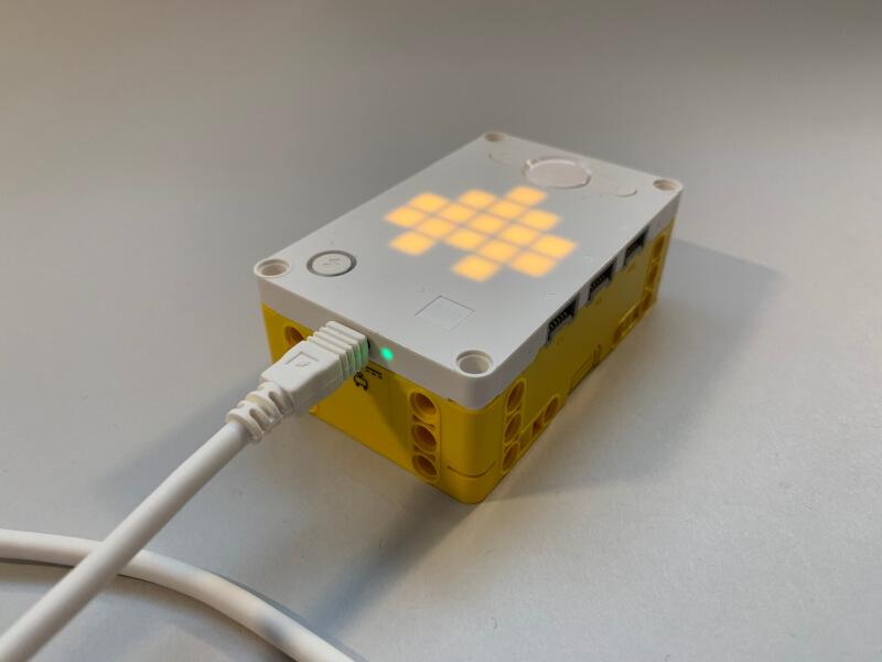 Der Smart-Hub mit angeschlossenem USB-Ladekabel