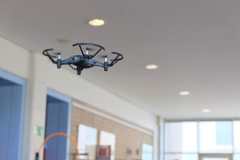 Fliegende Drohne im Drohnenkurs