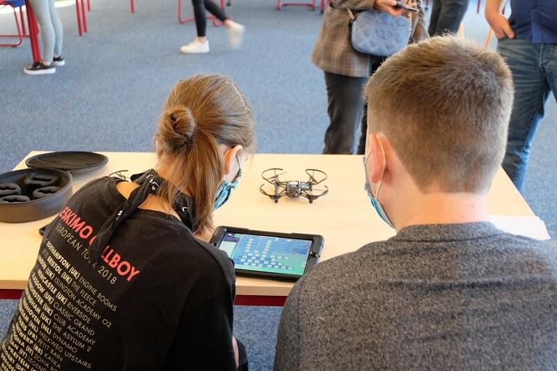 Ein Zweierteam beim Programmieren ihrer Drohne