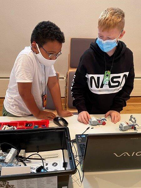 Zwei Kursteilnehmer bauen den EV3 zusammen.