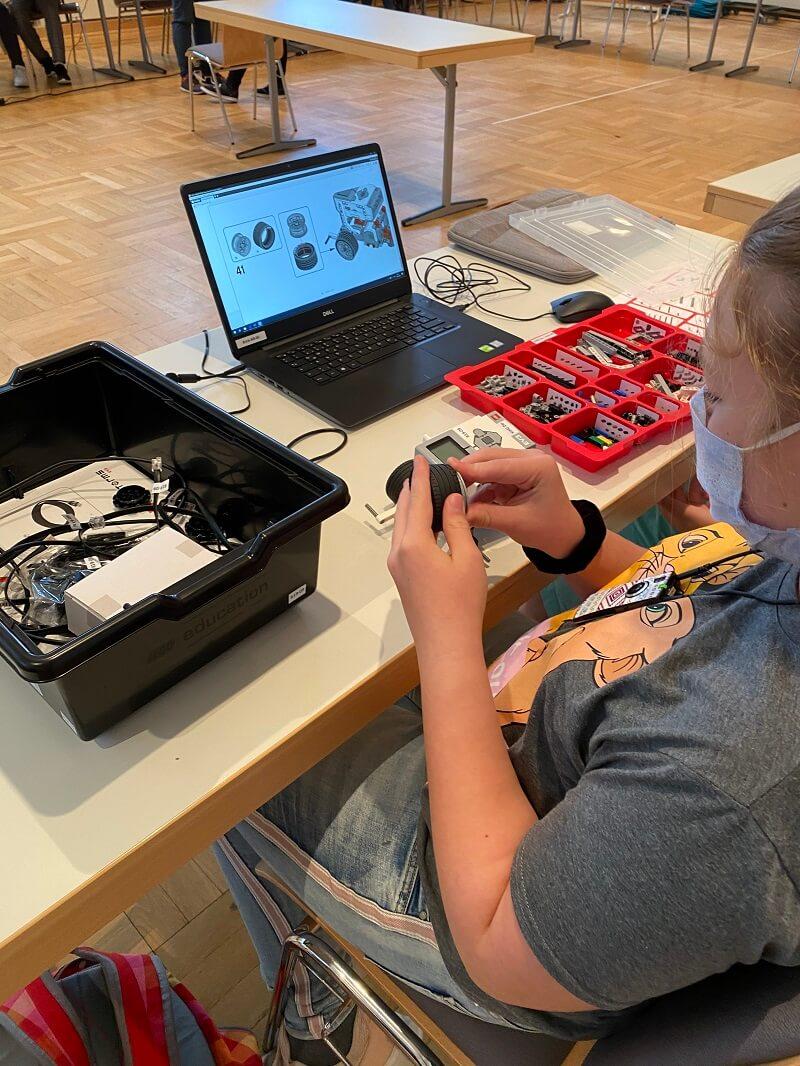 Eine Kursteilnehmerin beim Zusammenbauen des EV3