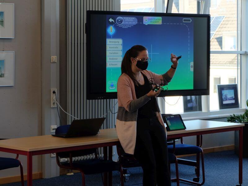brickobotik-Trainerin Sarah erklärt in einem Workshop die Funktionsweise von Drohnen.