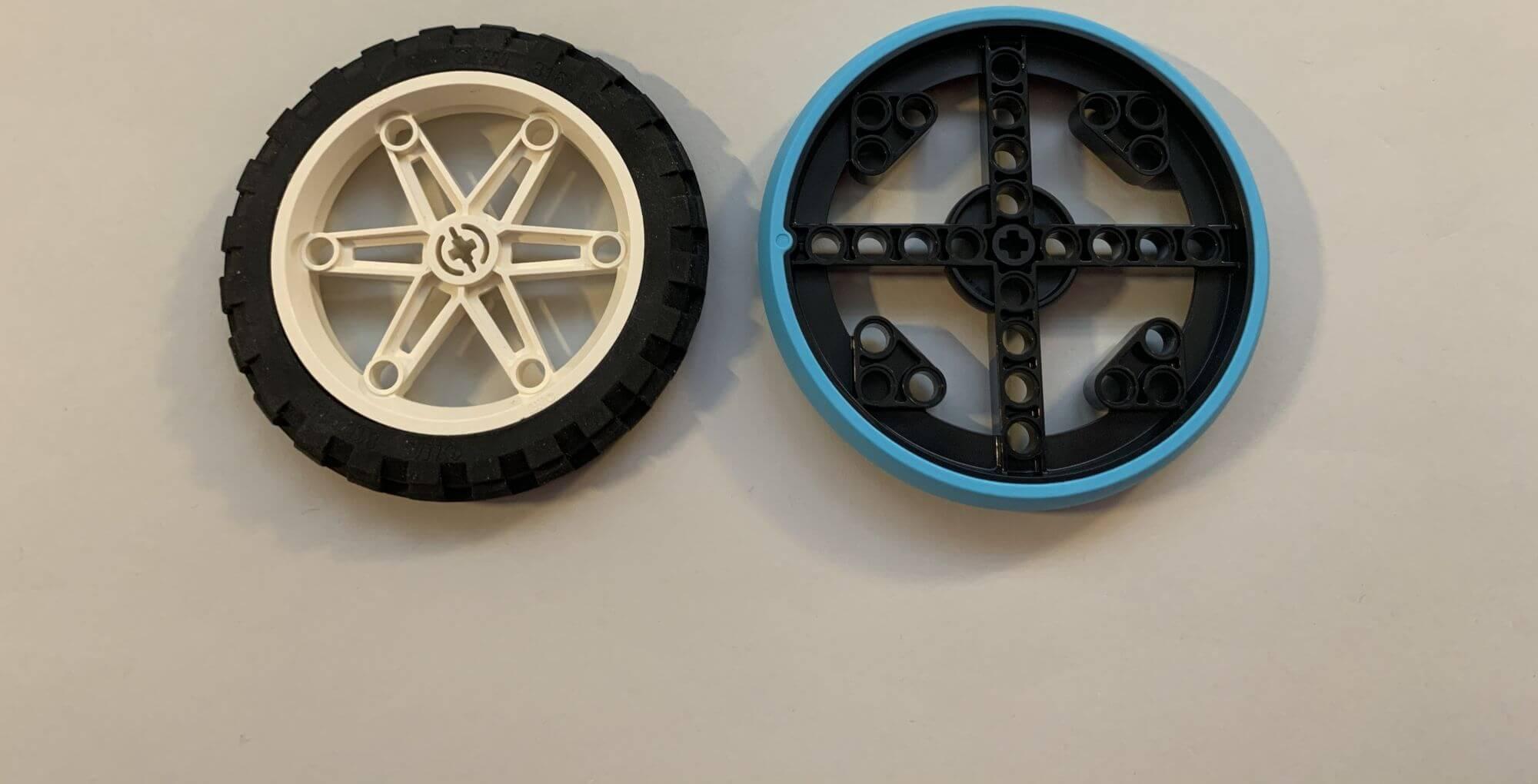 Zwei unterschiedliche Räder des Spike Prime