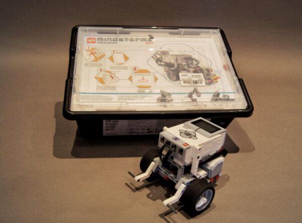 Der aufgebaute LEGO® Mindstorms EV3 mit der zugehörigen Box