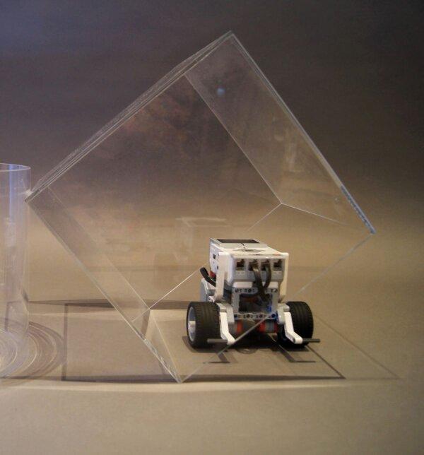 Messhaube aus Plexiglas zur Überprüfung der Robotermaße für die Regular Category der WRO mit EV3 darin