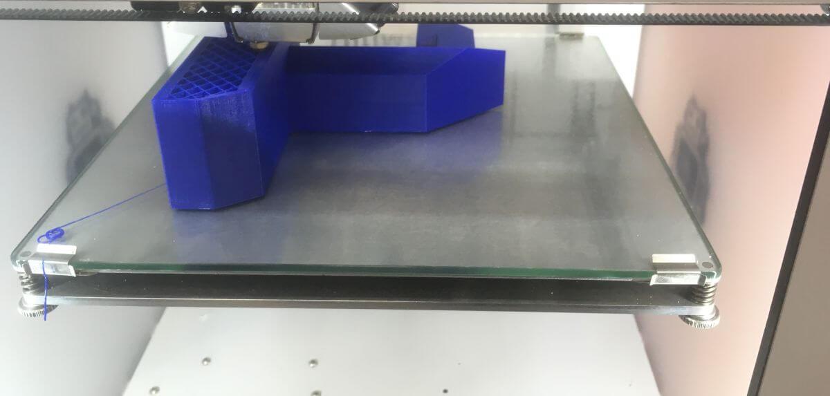 Ein 3D-Drucker beim Ausdrucken eines Modells