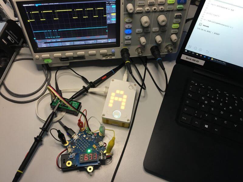 Die SPIKE-Adapterplatine im Einsatz zur Verbindung von SPIKE und Calliope mini
