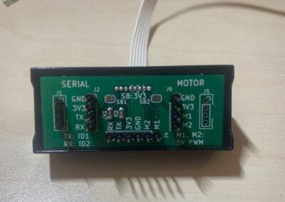 Die Schale des SPIKE-Ultraschallsensors mit eingesetzter Adapterplatine