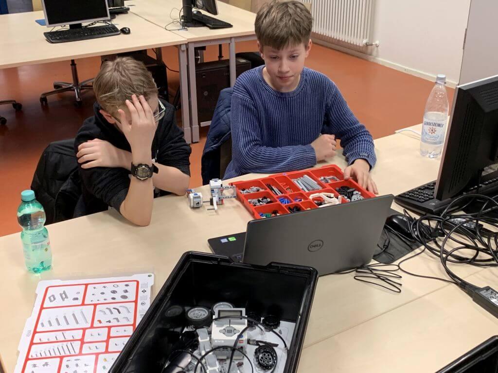 Zwei Teilnehmer*innen bei einem EV3-Workshop