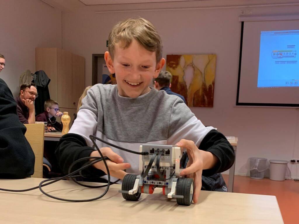 Ein begeisterter Teilnehmer bei einem EV3-Workshop