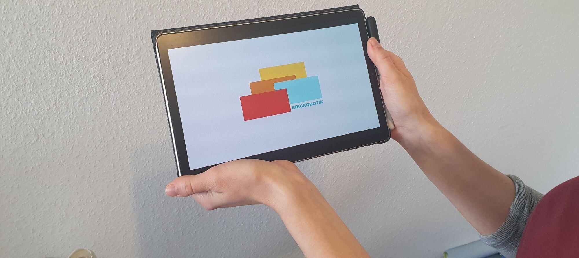 Ein Tablet mit dem brickobotik-Logo